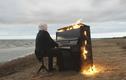 Video: Nghệ sĩ mù người Nga chơi đàn cùng chiếc piano bốc cháy dữ dội