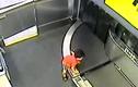 Video: Bé trai 2 tuổi gãy tay vì bị cuốn vào băng chuyền hành lý
