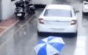 Video: Bé trai may mắn thoát chết sau khi bị ôtô lùi qua người