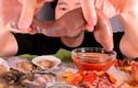 Video: Chàng trai ăn ngon lành mâm hải sản sống ngọ nguậy