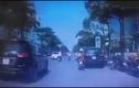 Video: Mẹ địu con chạy xe bất cẩn, té lao đầu vào bánh ôtô ở Hà Nội