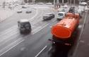 Video: Đạp nhầm chân ga, tài xế tông hàng loạt ôtô trên đường
