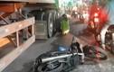 Video: Xe máy va chạm với xe đầu kéo, 2 em bé thương vong ở TP.HCM