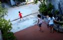 Video: Bé trai chạy sang đường bị xe máy tông văng cả chục mét