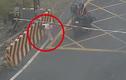 Video: Chờ tàu hỏa đi đến, cô gái lao ra nằm giữa đường ray tự tử