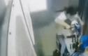 Video: Bé trai may mắn thoát chết khi bị kẹt trong thang máy