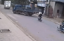 Video: Xe máy không làm chủ tốc độ, tông thẳng vào đuôi xe tải