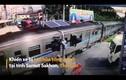 Video: Tài xế thoát chết thần kỳ khi qua đường bị tàu hỏa tông mạnh