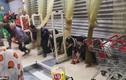 Video: Bò dưới sàn nhà, chui qua cửa để tranh mua trứng hạ giá ở TQ