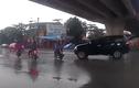 Video: Tài xế lái xe không tập trung, ôtô húc ngã người đi xe máy