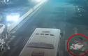 Video: Hàng chục người nâng xe buýt để giải cứu 2 cô gái mắc kẹt dưới gầm