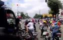 Video: Hãi hùng xe tải ủn hàng loạt xe máy khi đang dừng chờ đèn đỏ
