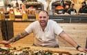 Video: Nhà hàng chỉ phục vụ thức ăn đổ trên mặt bàn vẫn hút khách