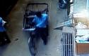 Video: Ngã từ tầng 2, cậu bé 3 tuổi thoát chết nhờ rơi vào xe kéo