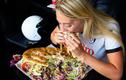 Video: Gái xinh ăn hết bánh mì thịt nướng nặng 3 kg