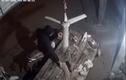 """Video: Trộm thịt heo """"nhanh như chớp"""" rồi phóng xe tẩu thoát"""