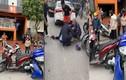 """Video: Xe máy """"dính chặt"""" vào đầu taxi sau va chạm, 3 cô gái bị thương"""