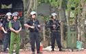Video: Hàng trăm cảnh sát cùng xe bọc thép vây bắt nghi can bắn người ở Củ Chi