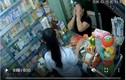 Video: Người phụ nữ trộm điện thoại nhanh như cắt trong cửa hàng thuốc