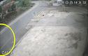 Video: Xe tải quay đầu không quan sát, cán trúng người đàn ông