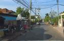 Video: Bé gái đột ngột chạy qua đầu xe bán tải khiến tài xế thót tim