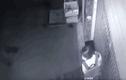 Video:Cô gái bị gã đàn ông sàm sỡ 2 lần ngay trước cửa nhà