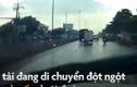 Video: Chóng mặt xem xe tải quay tròn khi phanh gấp trong trời mưa