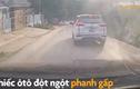"""Video: Ôtô """"hôn đít"""" xe khác vì không giữ khoảng cách"""