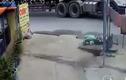 Video: Hãi hùng xe ben đâm trúng người phụ nữ rồi kéo lê trên đường
