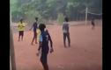 Video: Màn cứu thua liên tiếp gây sốc của thủ môn chân đất