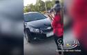 Video: Sau pha va chạm, tài xế ôtô, xem máy lao vào... ẩu đả