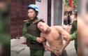 Video: Cảnh sát khống chế thanh niên ngáo đá cầm 2 con dao t