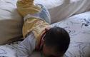 Con ngã từ trên giường xuống đất, cha mẹ đừng làm điều này