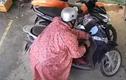 Video: Mặc áo mưa, kẻ gian bẻ khóa SH nhanh như cắt