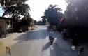 Video: Bé trai sang đường đột ngột khiến hai người suýt mất mạng