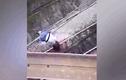 Video: Bé gái nằm vắt vẻo trên đường điện cao thế 3000 vôn