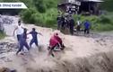 Video: Băng qua dòng lũ dữ, người đàn ông bị cuốn trôi