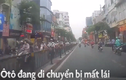 Video: Ôtô mất kiểm soát đâm vào dải phân cách