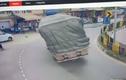 Video: Xe tải lật nghiêng sau khi ôm cua ở Ấn Độ