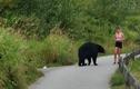 Video: Cô gái đang tập thể dục thì chạm trán gấu hoang dã