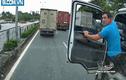 """Video: lái xe bồn cầm dao xuống """"dằn mặt"""" tài xế container"""