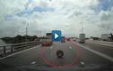 Video : Lốp ôtô rơi trên cao tốc gây tai nạn cho xe khác