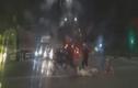 Video: Cố tình chạy CSCĐ, 2 nam thanh niên lao vào ô tô