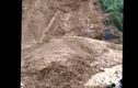 Video: Xe múc bị vùi lấp khi cứu nạn