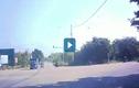 Video :Xe máy phóng nhanh vượt đèn đỏ đâm vào xe tải