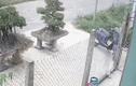 Video: Ô tô tông người đàn ông văng xa 5 mét