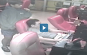 Video : Tên cướp cầm dao đe dọa người chơi game