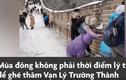 Video : Du khách trượt ngã khi leo Vạn Lý Trường Thành