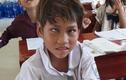 Nghị lực của cô học trò 8 tuổi bị dị tật ở mắt