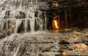 Ngọn lửa bí ẩn cháy trong thác nước